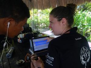 Julie montre et fait écouter les sons enregistrés la veille aux gestionnaires de la réserve marine