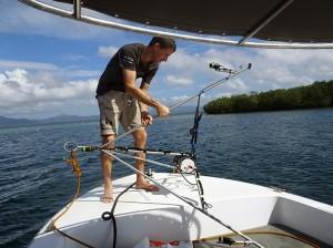 Florian est prêt à immerger le tripode qui va être posés par les plongeurs à 10 m de prondeur au niveau de la pente récifale