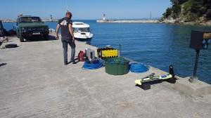 Préparation du matériel sur le quai du port de l'ile de Sazani