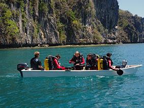 """Les plongeurs prêts à être """"jetés"""" dans le courant du chenal au pied des falaises"""
