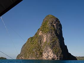 Le bateau approche de l'ile et ses falaises vertigineuses