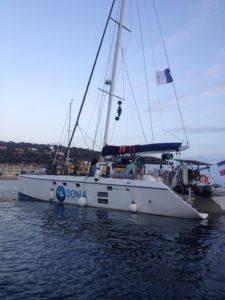 Le catamaran scientifique chargé de matériel de plongée